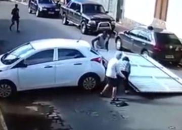 Un coche sin conductor arrolla a dos jubilados al tirar la puerta de un garaje