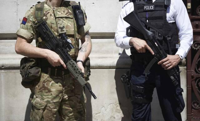 Reino Unido se prepara para 'Brexit duro' com soldados de prontidão