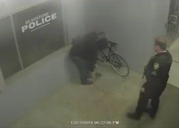 La torpeza de un ladrón que intentó robar una bicicleta en la puerta de una comisaría