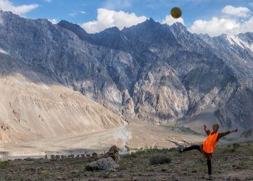 La revolución de dos hermanas futbolistas en el Karakórum