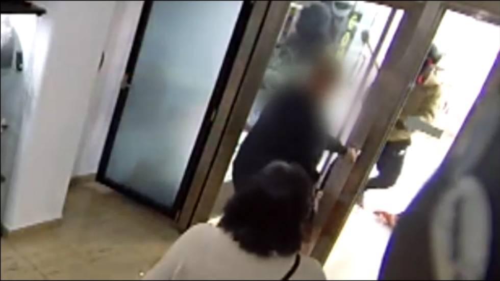db00b588b2b3 Vídeo  Dos delincuentes asaltan a mazazos una joyería de Barcelona ...
