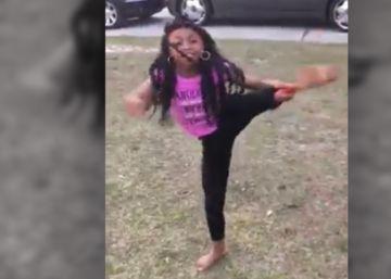Las acrobacias de una niña con prótesis en una pierna que se han vuelto virales
