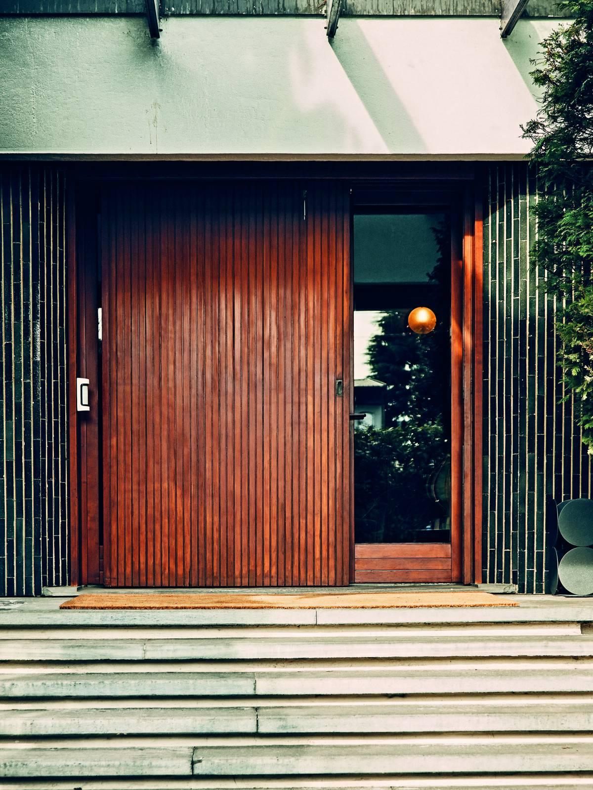 La moderna contención del estilo de Gigi Radice queda patente en la puerta de madera de la casa Minotti. | GIANFRANCO TRIPODO