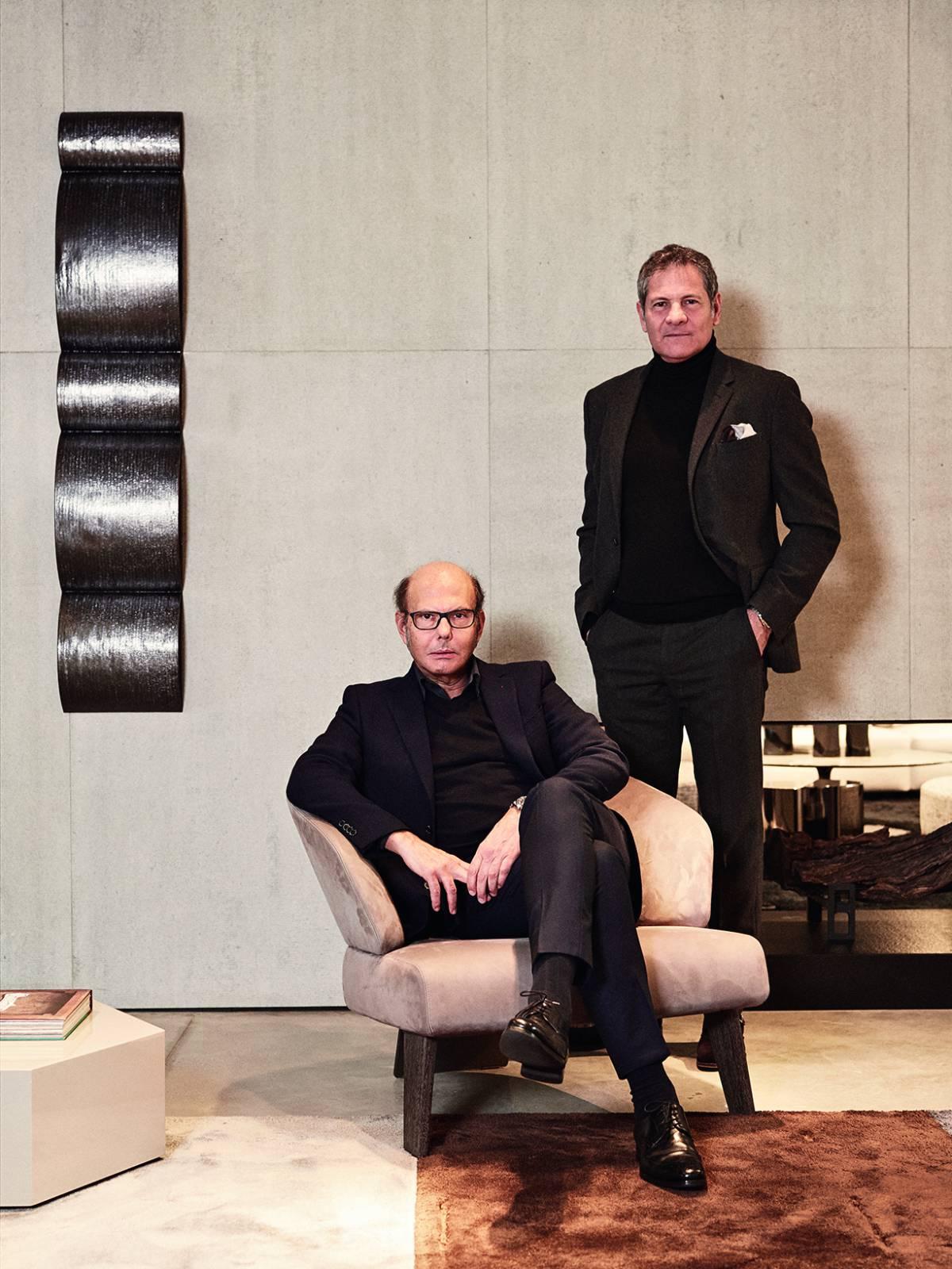 Renato y Roberto Minotti posan en su 'showroom'. Detrás de ellos, interpretación de su célebre chimenea. | GIANFRANCO TRIPODO