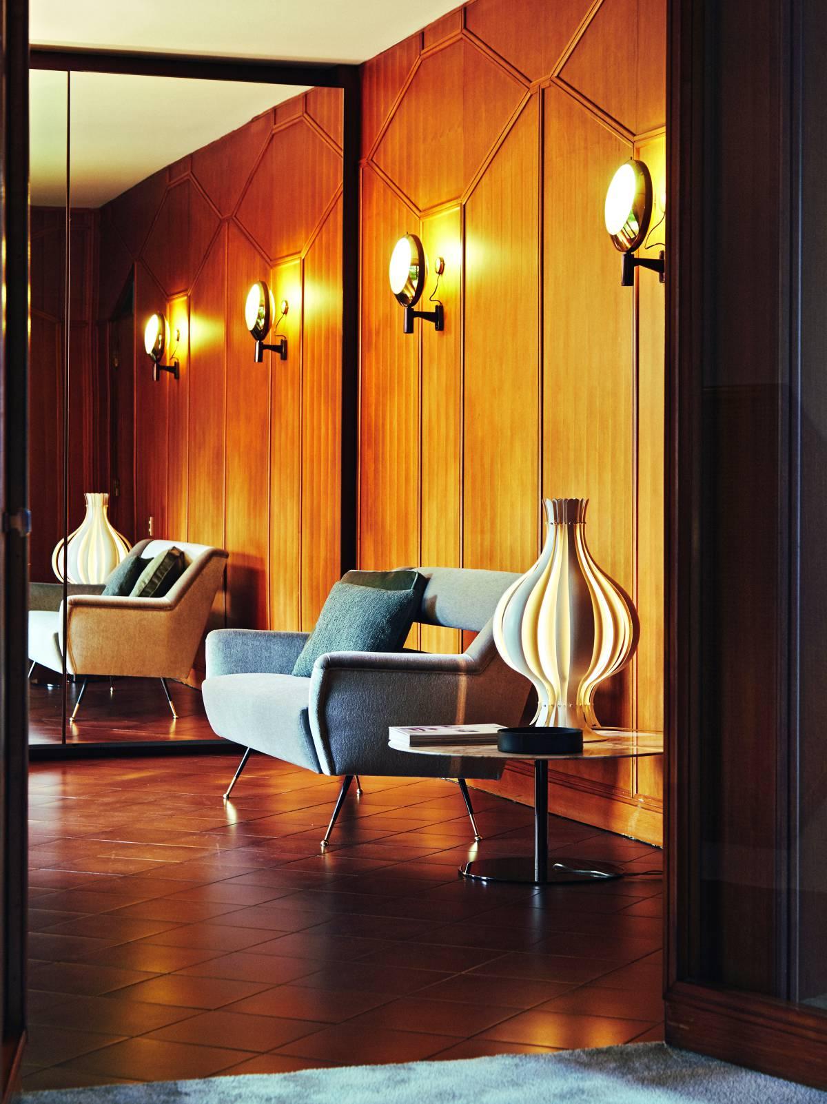 El sofá del recibidor es un diseño reeditado de los años sesenta. Se llama Ile en honor a Ileana, esposa del fundador. | GIANFRANCO TRIPODO