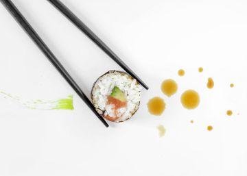 Ni el sushi de verdad se hace con salmón ni eso verde que tienes en el plato es wasabi