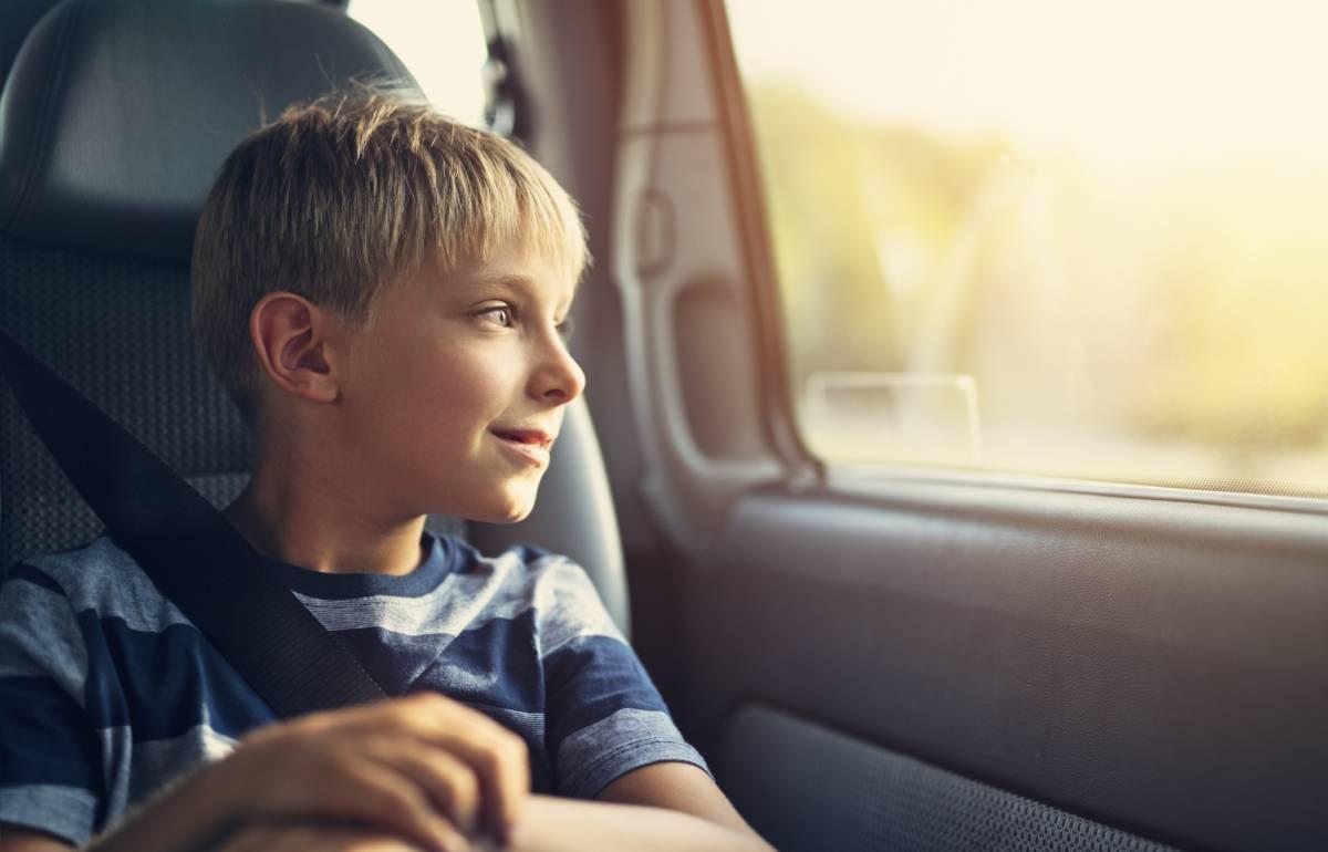 La solución perfecta si viajas con niños: un parasol sin ventosas que permite bajar las ventanillas
