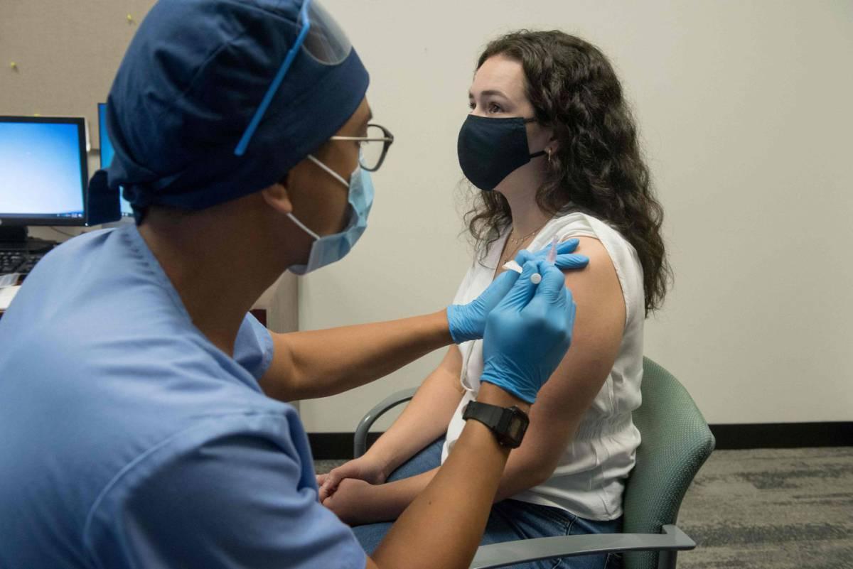 """Expertos de la OMS alertan de que una vacuna aprobada con prisas podría """"empeorar"""" la pandemia"""