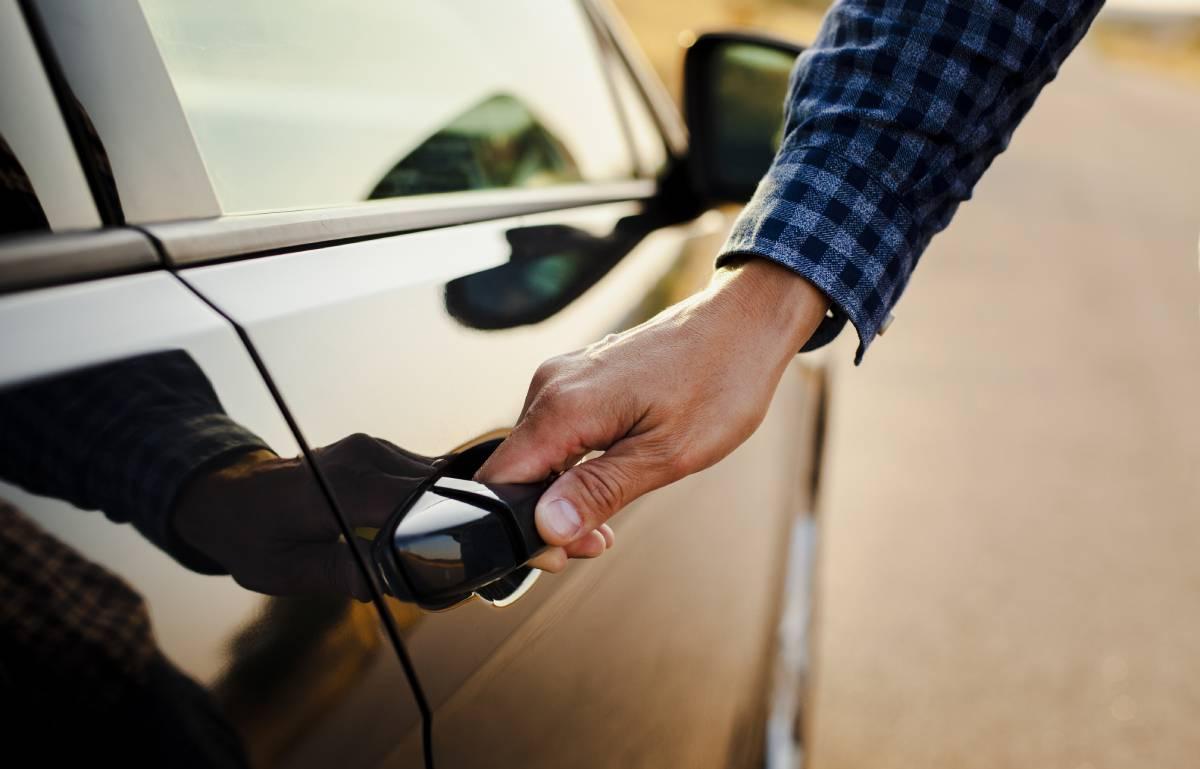 Ni multas, ni sustos de última hora: todo lo que necesitas llevar en el coche antes de ponerte al volante