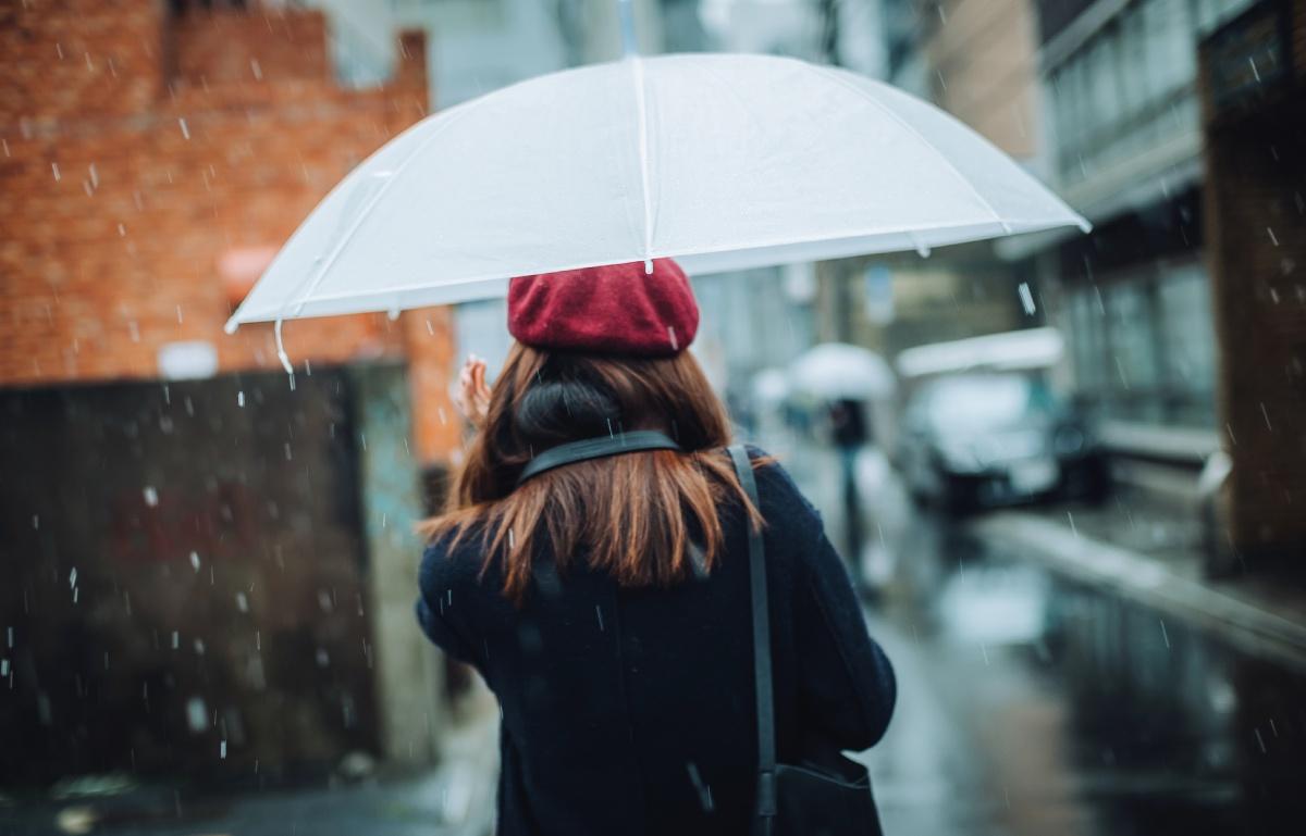 El paraguas invertido y otras 11 cosas que necesitas para días de lluvia