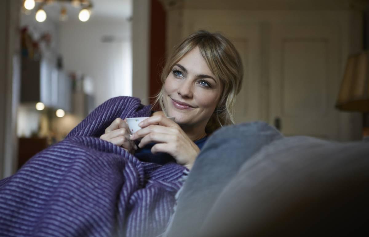 Nueve cosas gustosas para tener a mano en el sofá y relajarse en los días de peli y manta