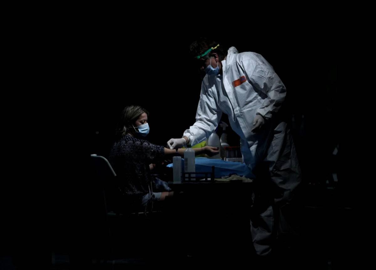 Los anticuerpos que protegen contra el coronavirus duran por lo menos siete meses