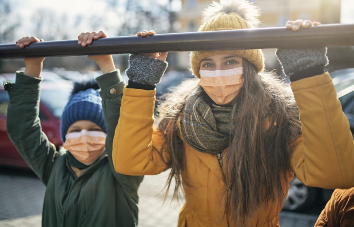 Ropa térmica de niño y adulto para llevar bajo otras prendas (y seguir haciendo vida al aire libre con frío)