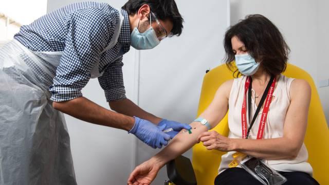 La Universidad de Oxford anuncia que su vacuna contra la covid alcanza una eficacia del 90%