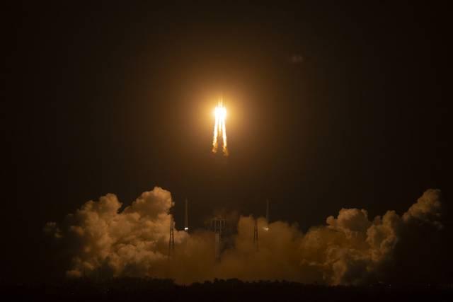 China lanza una misión para traer rocas lunares a la Tierra