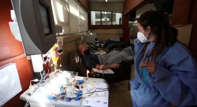 El plasma sanguíneo de los supervivientes reduce un 60% los casos graves, según un estudio