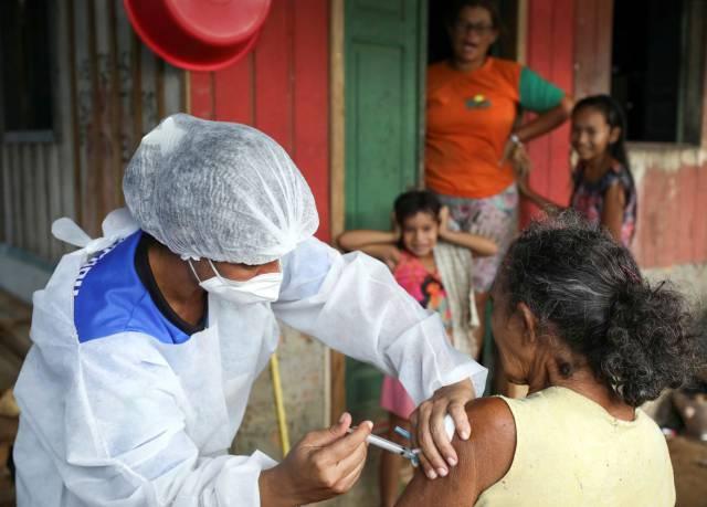 La vacuna de Oxford y AstraZeneca reduce la transmisión del coronavirus, según su último estudio