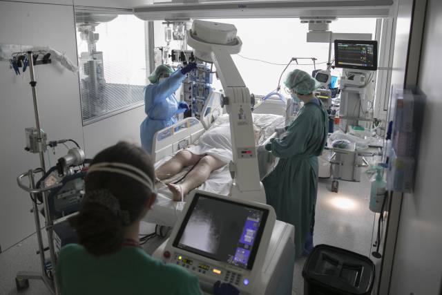 Una combinación de fármacos reduce a la mitad la mortalidad por covid de los pacientes más graves