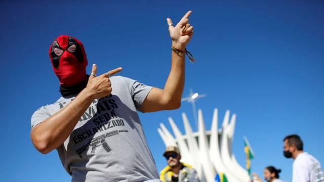 OPINIÃO | Na 'República das bananas', o porte de armas é abacaxi