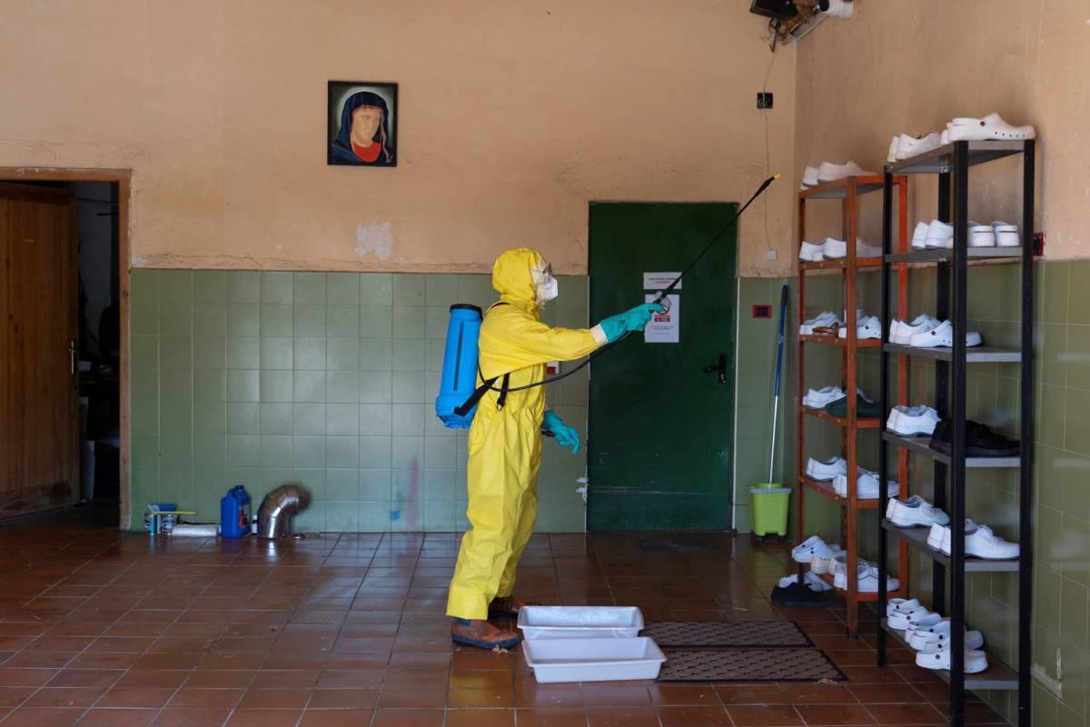 """Un año fumigando contra el coronavirus y otros casos de """"teatro pandémico"""""""