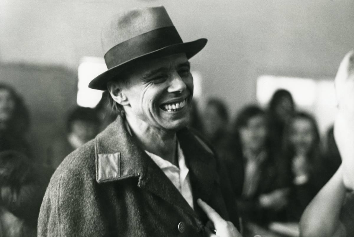Centenario de Joseph Beuys, el payaso muestra la herida