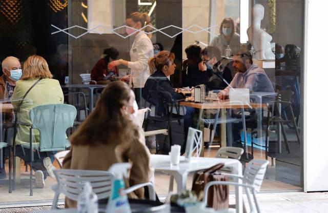 No es el sitio, es lo que ocurre dentro: por qué los bares y los restaurantes suponen riesgo de contagio