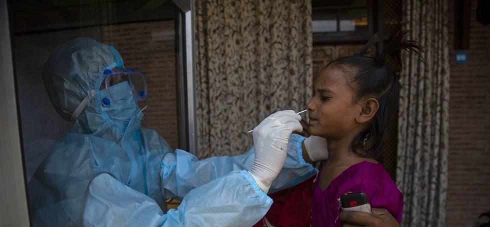Una niña en una prueba de covid en India.