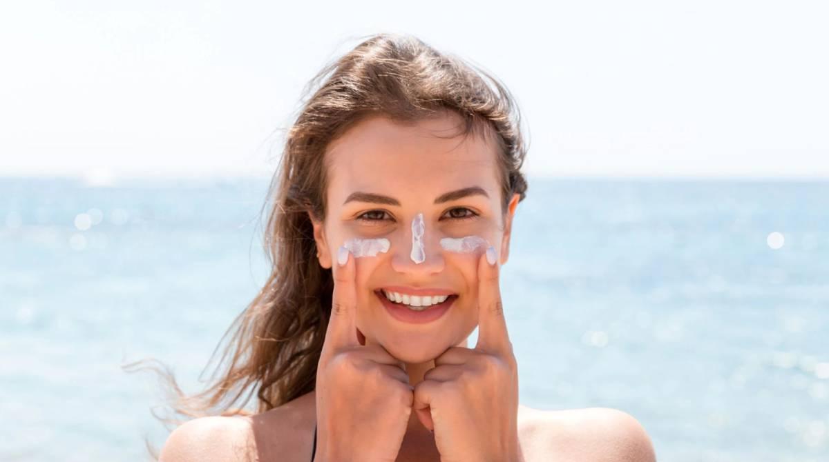 8 cremas con protección solar perfectas para llevar todo el verano en el bolso