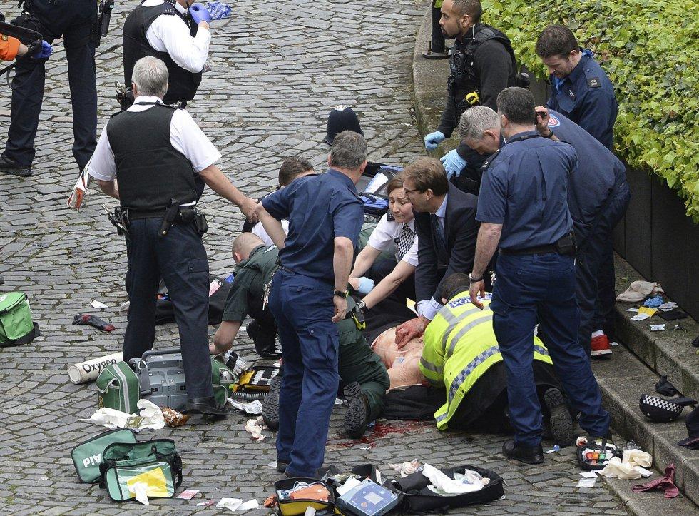 El atacante apuñala a un agente de policía