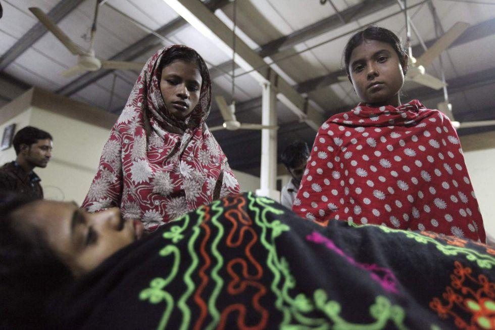 f3450013158d3 Al menos 120 muertos en el incendio de una fábrica textil en Bangladesh