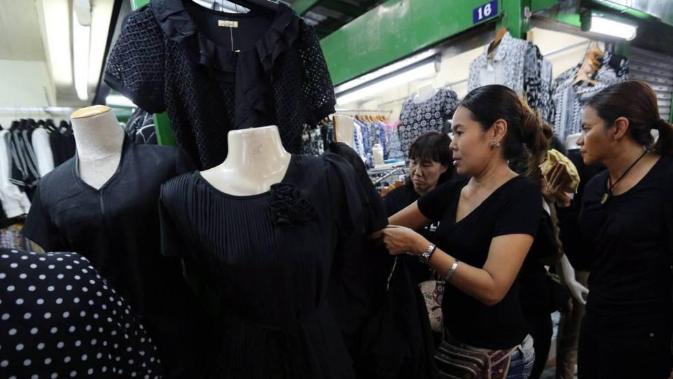 97c116de3c157 El luto por el rey agota la ropa negra en Tailandia