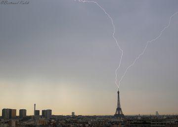 La imagen de la Torre Eiffel azotada por un relámpago