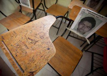 Las 43 sillas vacías de la graduación de Ayotzinapa