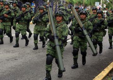 Los militares se quedan, los policías se van
