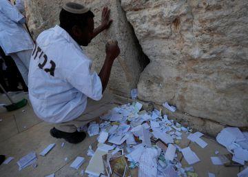 Israel extrae miles de notas con deseos de las grietas del Muro de las Lamentaciones
