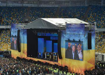 Así debaten los candidatos en Ucrania: ante miles de personas en un estadio de fútbol