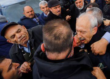 Una muchedumbre intenta linchar al líder de la oposición turca