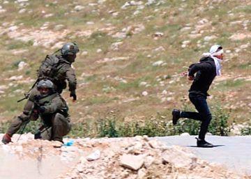 Soldados israelíes disparan a un adolescente palestino maniatado y con los ojos vendados