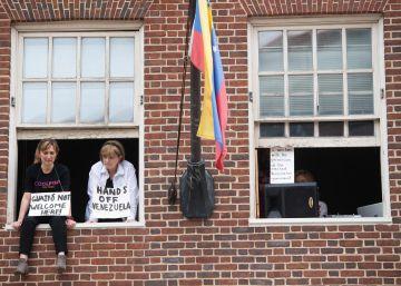 Un grupo de activistas a favor de Maduro ocupan la Embajada de Venezuela en Washington