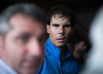 Rafael Nadal se arremanga para achicar agua tras las lluvias torrenciales de Mallorca